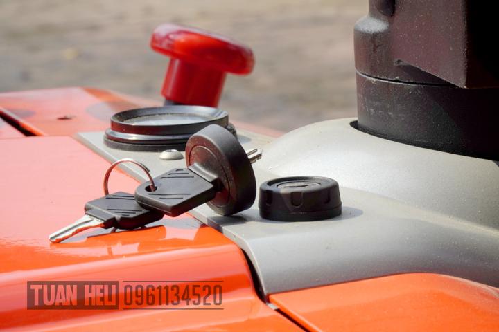 khóa chống nước trên xe nâng tay điện heli